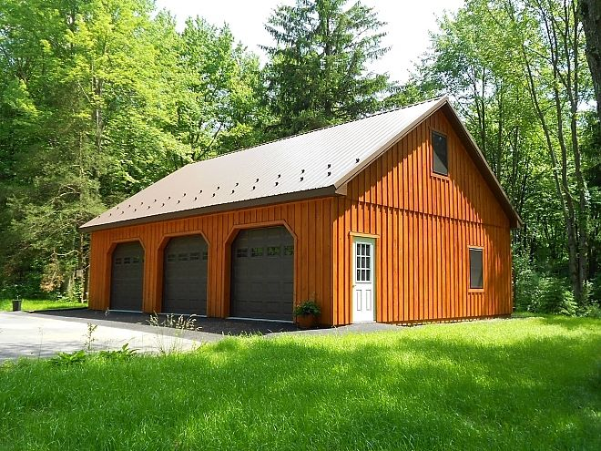 I like the idea that the garage is not connected to the house and that it looks like a barn.