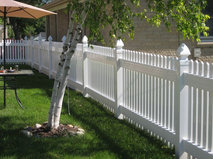 Pretty white vinyl fences make your yard look even bigger for Pretty fencing ideas