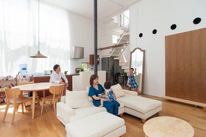 1 階のLDK 空間。右の大きめの扉の向こうが玄関で、その上の大きな穴は空調のためのもの。気積が大きい空間のため業務用の空調器を使用しているという。