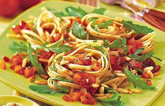 Pasta Siziliana - Kalorienarme Nudel-Rezepte ganz ohne Fleisch - Reichlich Knoblauch, frische Kräuter und geröstete Pinienkerne - kombiniert mit Tomaten - das macht sizilianische Pasta aus. » zum Rezept: Pasta Siziliana