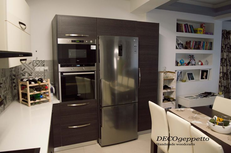 Άποψη επίπλου κουζίνας , με τροφιμοθήκη και χώρους αποθήκευσης