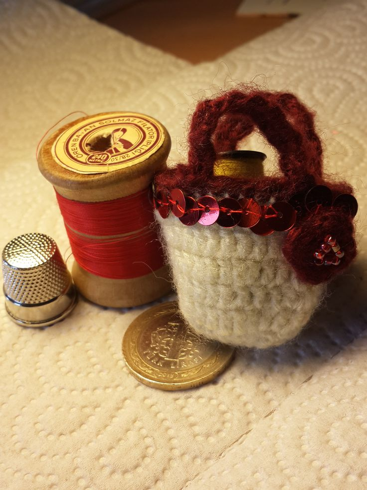 Tığ işi minyatür sepet/ çanta broş