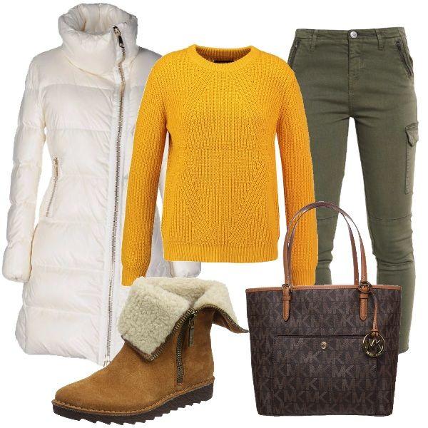 Pullover giallo e jeans verde oliva con tasche laterali. Piumino a doppiopetto con collo alto e chiusura con zip trasversale, bianco. Stivaletti in pelle scamosciata marroni e shopping bag con logo marrone.
