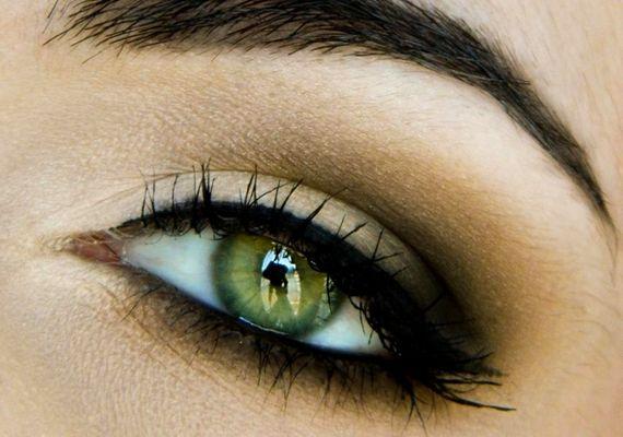 A füstös smink bármilyen színnel jól mutat, de zöld szem esetén különösen mutatós lesz a kontraszt.