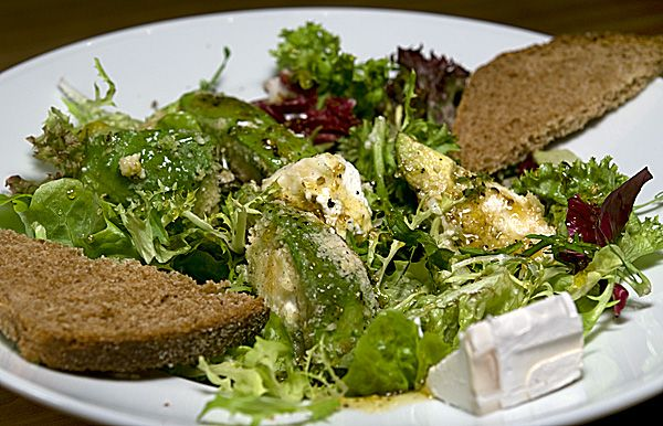 Leicht und lecker: Salat mit gegrillter Avocado, Ziegenkäse und Zitronendressing