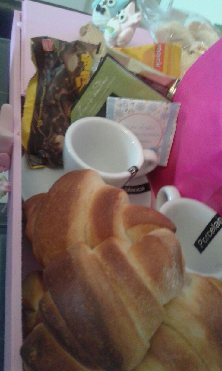 Taza San Valentín de porcelana con cucharita, variedad de té, café y leche.