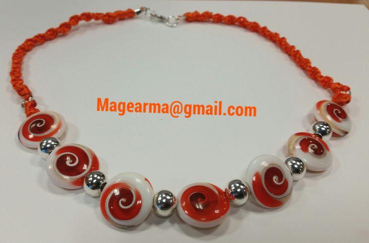 Collar hecho de caracolas con nudos de  macrame en color naranja