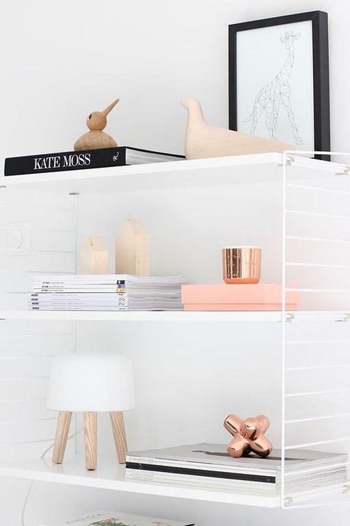 Branco e bronze - O bronze ou 'rose gold' resulta na perfeição nas cores da decoração da sala