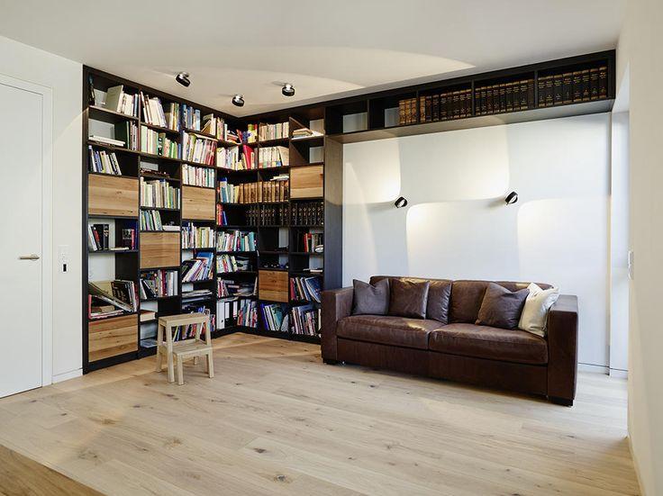 Gemtliche Bibliothek Ein Altes Ledersofa Vor Dem Bcherregal Bietet Den Perfekten Leseplatz Im Modern Eingerichteten