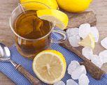 """Sólo tienes que preparar un sobre de jugo Livean sabor """"LIMONADA JENGIBRE"""", pero con la mitad de agua (1/2 litro), luego preparas un tazón grande de té con unas 3 bolsitas y dejas que entibie un poco. En un jarro con la 1/2 de hielo añades el té y el jugo Livean, unas gotitas de jugo de limón e introduces el limón dentro del jarro y unas hojitas de albahaca...más REFRESCANTE no puede ser!"""