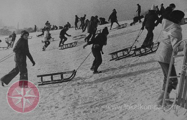 Rodeln auf dem Galgenberg - ein Bild aus den 70ern. Foto: Stadtarchiv
