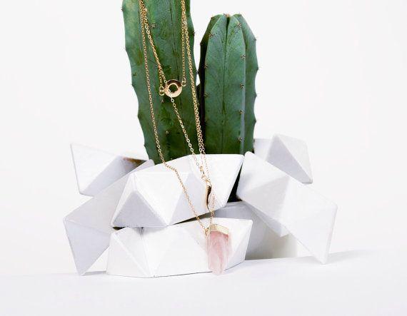 Collier à plusieurs rangs/ sautoir à pendentifs/ Quartz rose ou noir et charms /pierres semi-précieuses / or et rose pastel