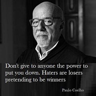 Não deixe ninguém te empurrar para baixo. Haters são perdedores fingindo superioridade