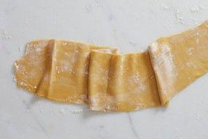 Une recette de pâtes fraîches faites maison très facile à préparer. Vous n'avez besoin que de deux ingrédients que vous avez à coup sûr à la maison!