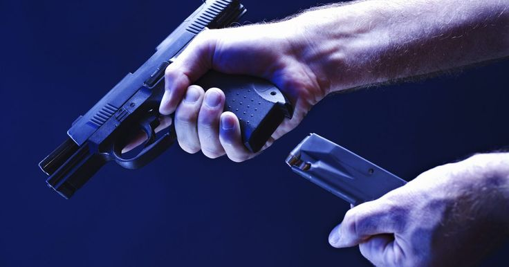 """Cómo desensamblar una pistola 9mm Ruger P95DC. La pistola 9mm Ruger P95DC es una de las pistolas más populares fabricada en Estados Unidos, y se ha hecho su nombre debido a su pequeña estructura y peso liviano para una pistola """"transportadora"""" (el apodo asignado para pistolas que son buenas para llevar en una bolsa de armas oculta). Debido a su naturaleza simple y modular, la Ruger P94 es ..."""