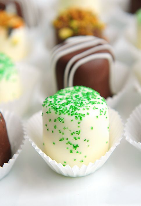 Super easy chocolate dipped marshmallows. Great for a St. Patrick's Day sweet table or gifts.