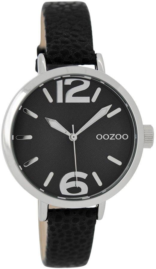 OOZOO Horloge Junior 35 mm JR274. Leuk vormgegeven meisjeshorloge met stalen, zilverkleurige kast en zwartlederen horlogeband. De zilverkleurige stalen kast heeft een zwarte wijzerplaat met zilverkleurige index en wijzers. De smalle zwarte horlogeband sluit door middel van een gespsluiting. Trendy en leuk meisjeshorloge uit de OOZOO collectie.