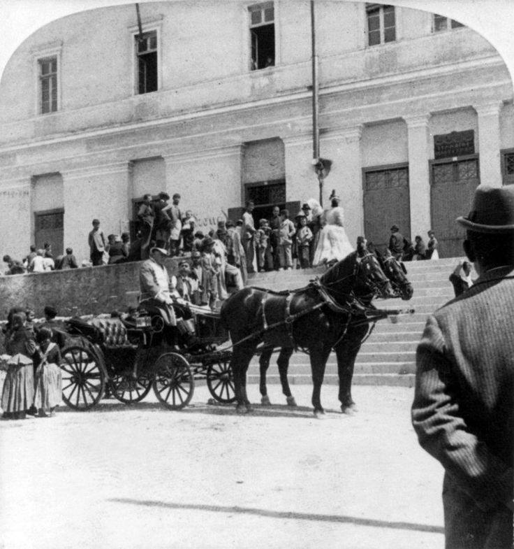Αθήνα, 1897, η άμαξα της Βασίλισσας περιτριγυρισμένη από προσφυγόπουλα από την Κρήτη.