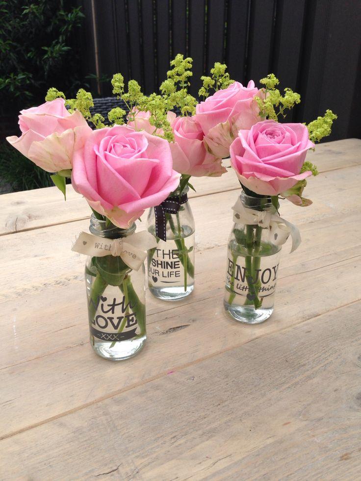 Bloemen vaasjes voor op de tafels