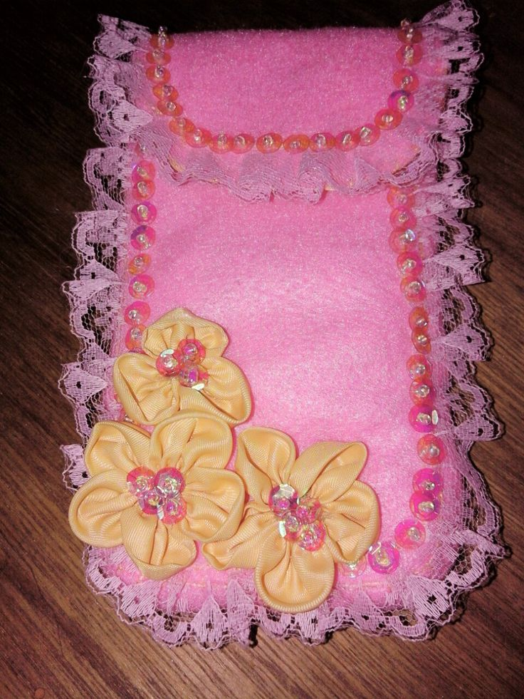 Phone pouch. Made from felt. Flower from satin, lace n beads. Look so sweet 😄😄😄