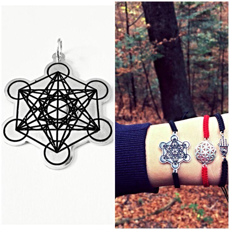 """""""Cubul lui Metatron"""" – formă geometrică făcută din lumină folosită pentru a curăţa, pentru a ridica nivelul energetic, pentru a menține pozitivă starea de spirit şi viziunea asupra lumii, pentru a vă trezi pe mai departe capacităţile psihice. http://folconcept.ro/eticheta-produs/bijuterii-cubul-lui-metatron/ Arhanghelul Metatron """"Cel de lângă Tron"""" (Tronul lui Dumnezeu), """"Marele Scrib al lui Dumnezeu"""" avand rolul sa transcrie, sa transmita secrete ezoterice ale Universului catre omenire."""