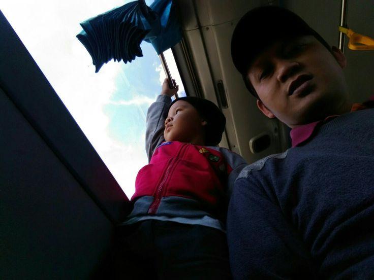 Pegangan yg kenceng nak,busnya ngebut.