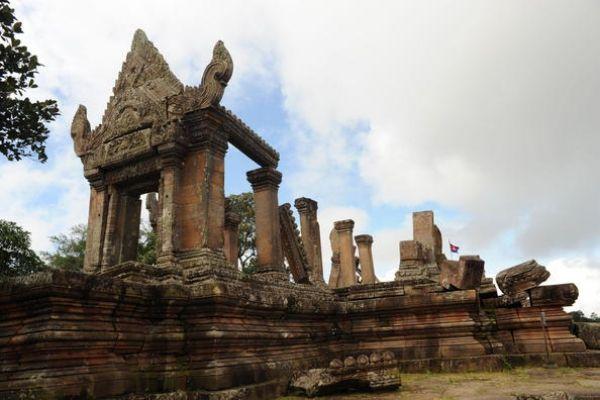 Corte Internacional de Justicia (CIJ) determinó que el área alrededor de un antiguo templo en la frontera entre Tailandia y Camboya pertenece realmente a Camboya y ordenó que las fuerzas de seguridad de Tailandia se retiren. Visite nuestra página y sea parte de nuestra conversación: http://www.namnewsnetwork.org/v3/spanish/index.php