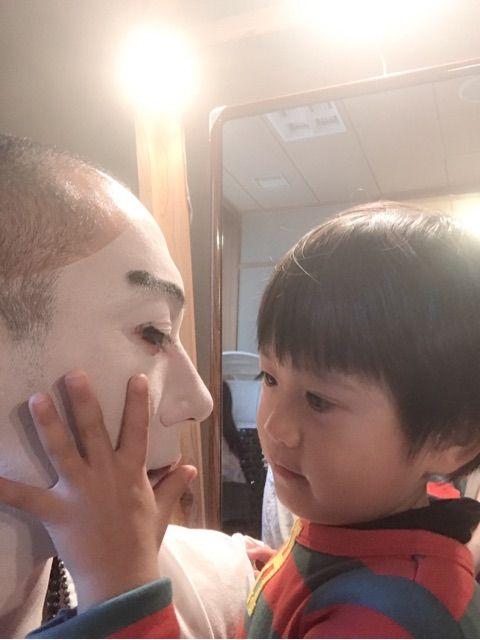 白粉姿のパパの顔を触る勸玄くん