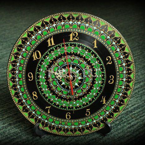 """Большая медитативная зеленая мандала с ритмичным орнаментом.  Настенные часы ручной работы. Часы представлены как образец. В случае, если Вам они понравились, то художник повторит их только для Вас. И помните - нет двух одинаковых работ, всегда мастера вносят какие-то изменения, т.к. это ручная работа.  Техника росписи: """"Point-to-Point"""" (точечные узоры) Диаметр: 300 мм  Основа: винил Материалы: акриловый контур Marabu, Decola, Таир, стразы, лак"""