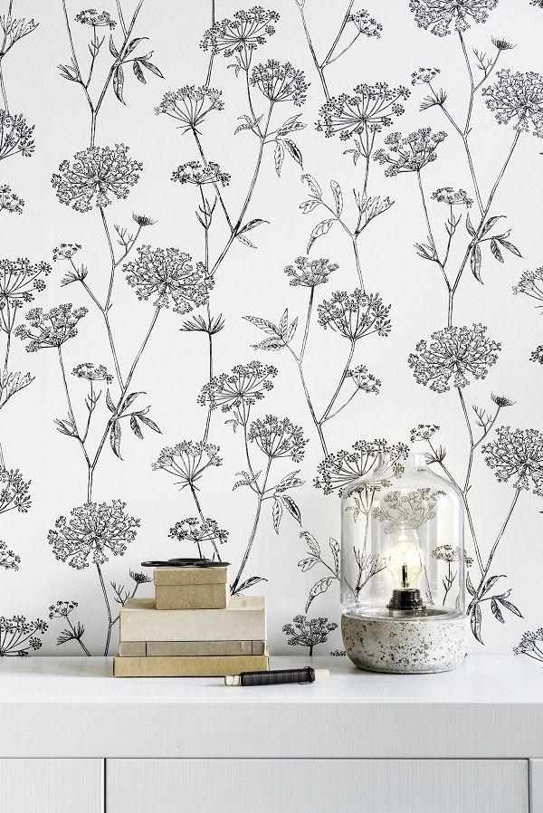 KARWEI | Dit behang met bloemenprint kun je goed combineren met witte meubels en houten accenten.