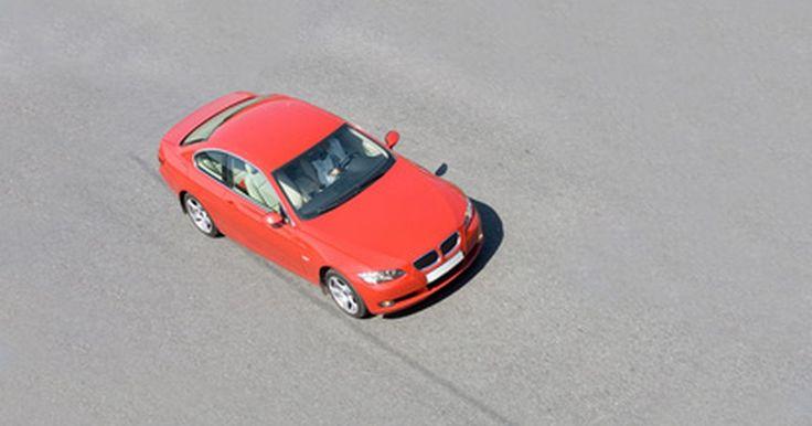 Audi A4. Problemas com a marcha automática. O Audi A4 é alvo de relatos dos consumidores sobre problemas na caixa de marchas que dificultam a direção e atrapalham o funcionamento da transmissão do veículo; tudo isso relacionado com a unidade de controle eletrônico (ECU) que ocasiona falha na transmissão da caixa de marcha automática, torna as trocas mais difíceis, aumenta o tempo entre ...