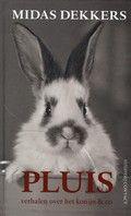 Midas Dekkers / Pluis : verhalen over het konijn & co. Een boek dat een constante glimlach en af en toe een grinnik teweegbrengt.