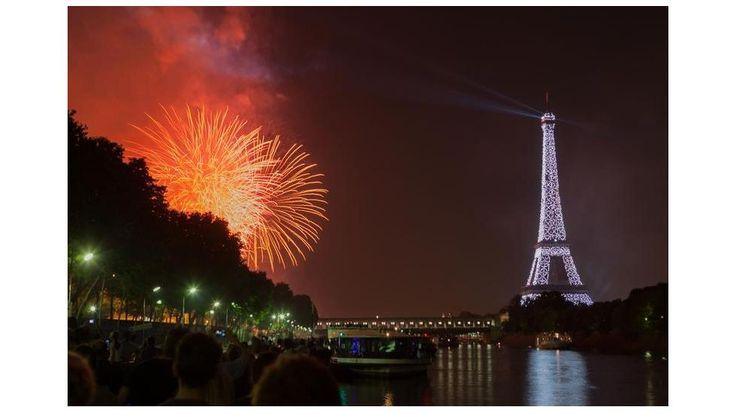 Fogos de artifício na Torre Eiffel para celebrar o Dia da Bastilha