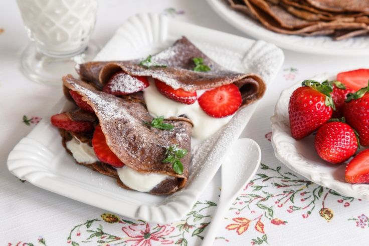 Čokoládové palačinky musíte vyzkoušet. Podlehnout čokoládové chuti, zvláště ve spojení se šťavnatými jahodami, není těžké. Je v nich cítit čokoláda a v sousedství tvarohu, šlehačky nebo zakysané smetany jsou naprosto skvělé.