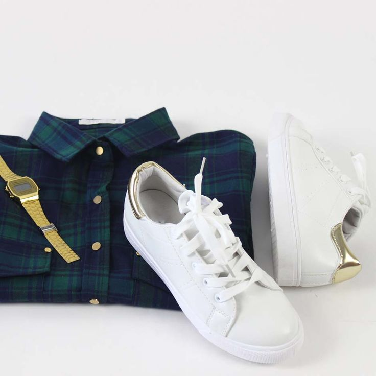 www.onlinemusthave.nl Groene houthakkers blouse, witte gympen en een touch of gold. Shop deze perfect match!  #sneakers #fashion #musthave #trend #girls