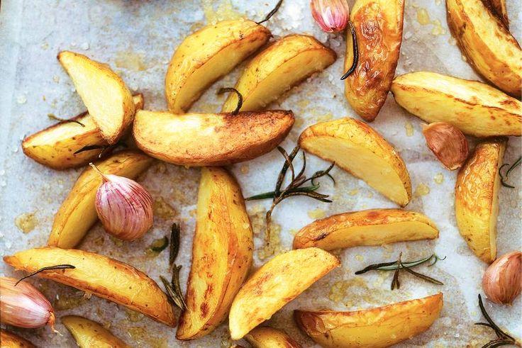 Geroosterde aardappels met gepofte knoflook - Recept - Allerhande
