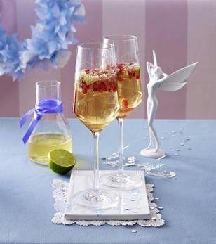 Granatapfel-Prosecco-Cocktail mit Holunderblütensirup und Limettensaft