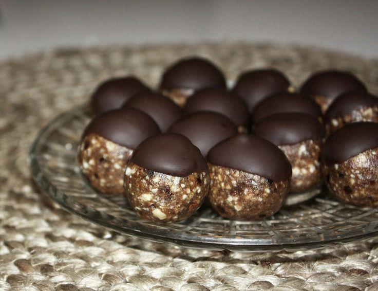 Chokladdoppade pepparkakskulor  1 dl cashewnötter 1 dl mandlar 8 färska dadlar 1 msk kokosolja 2 msk pepparkakskrydda 1 tsk ingefära (om man gillar mycket ingefärssmak)  50 gram mörk choklad [adlink]  Gör såhär: 1. Kärna ur dadlarna 2. Kör alla ingredienser i matberedare. 3. Rulla små bollar och ställ in i kylen i ca 30 minuter. 4. Smält chokladen i vattenbad. 5. Doppa halva pepparkakskulan i chokladen. Förvara i kyl.