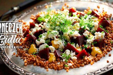 Szukasz przepisu na sałatkę z kaszy gryczanej? Sprawdź nasz pomysł na sałatkę z burakami i serem feta! Pysznie i zdrowo!