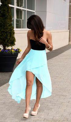 Este vestido es negro y azul. Puedes llevar este vestido con zapatos negros. Este vestido es corto en la parte delantera. El vestido es mas o menos formal.