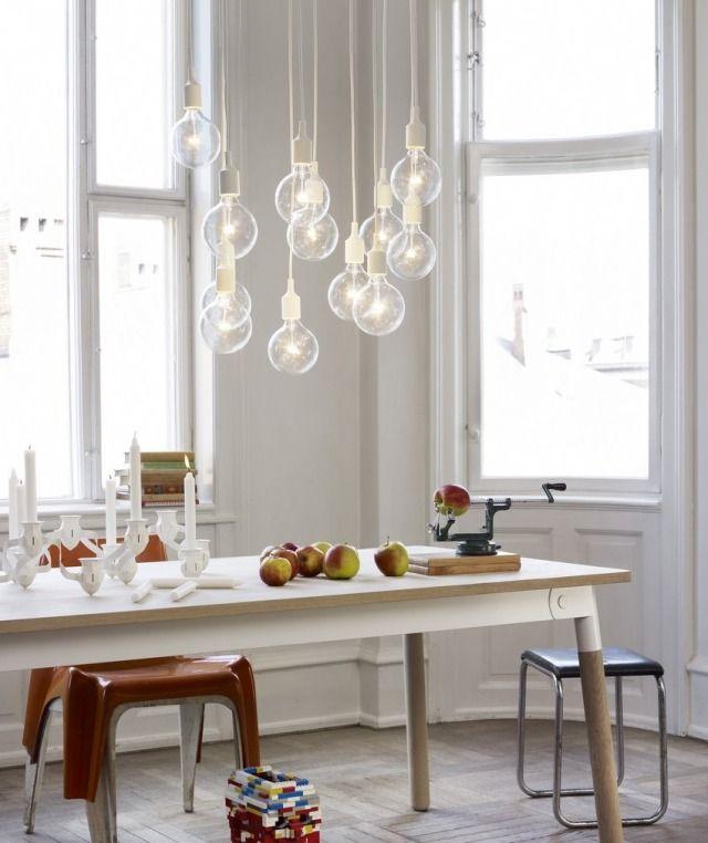 salle à manger scandinave avec éclairage suspendu unique