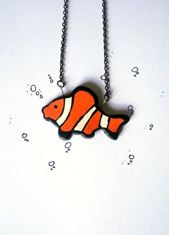 Collana pendente pesce pagliaccio arancione bianco e nero realizzata interamente a mano in porcellana fredda e dipinta a mano