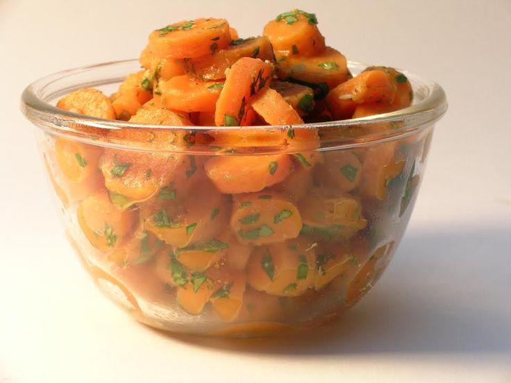 Recept voor pittige wortelsalade, zoals je hem kent van je broodje falafel bij Maoz. Makkelijk, vegan en gezond.