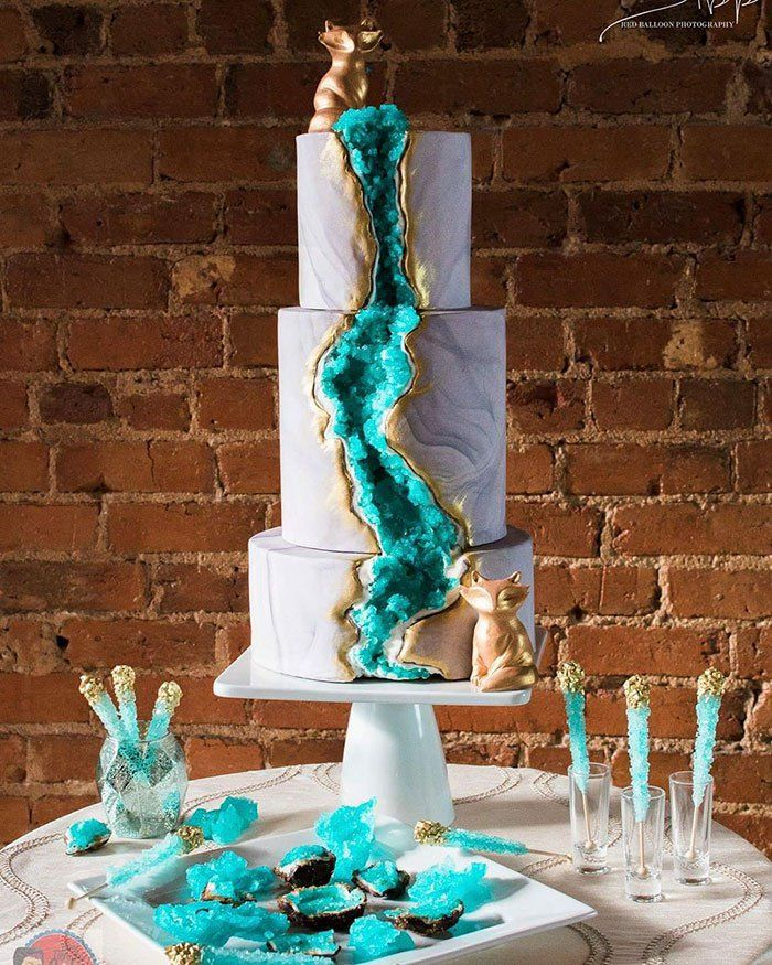 Fini les gâteaux traditionnels de mariage blanc, voici la nouvelle tendance en terme de gâteaux de mariage maintenant. Couvert de superbes cristaux comestibles, ces confiseries rocheuses sont devenues les incontournables pour les mariages dernièrement. Ces créations portant la signature de Rachel Teufel ont rapidement fait le tour du web et ont été très rapidement adoptées. Jetez un coup d'œil ci-dessous et donnez-nous votre point de vue.