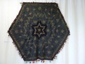 Diamètre 190 cm. Dessus de table. Losanges de soie noire brodés (fleurs, boutons….) Centre : étoile de velours noir. Origine : Cévennes