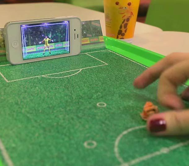 Transformer un plateau de fast-food en jeu de football