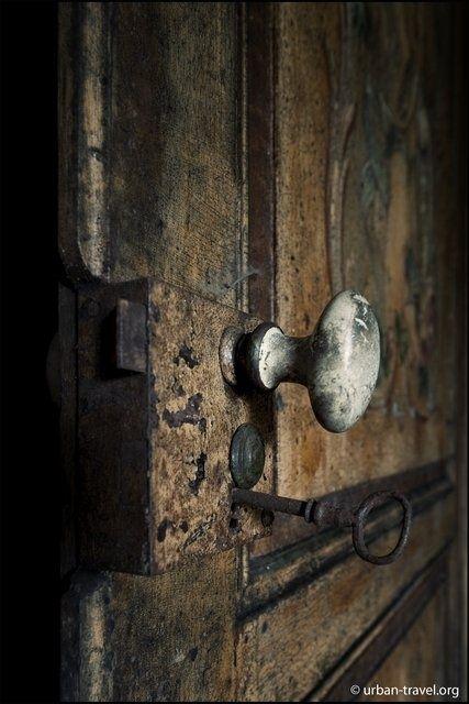 Porte de la mémoire. Passage enfoui au creux de nos souvenirs. Le bruit de la poignée mal ajustée, le grincement familier...