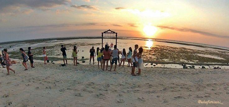 Siapa yang tidak kenal Gili Trawangan, pulau yang berada di Lombok Utara ini sudah tekenal sampai keseluruh dunia. Memang Kabupaten Lombok Utara, Nusa Tenggara Barat (NTB) banyak menawarkan wisata bertarif murah di pulau-pulau kecil yang salah satunya adalah Gili Trawangan ini. Gili Trawangan merupakan salah satu dari tiga Gili (Gili Trawangan, Gili Meno dan Gili Air) yang ramai dikunjungi wisatawan mancanegara maupun domestik.