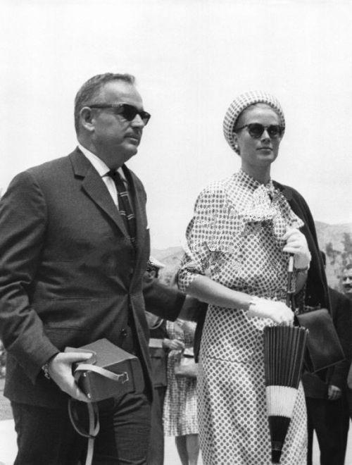 Fürst Rainier und Prinzessin Grace kommen an der königlichen Partei feiert die Hochzeit von Prinz Juan Carlos von Spanien Prinzessin Sofia von Griechenland am 12. Mai 1962 in Athen, Griechenland