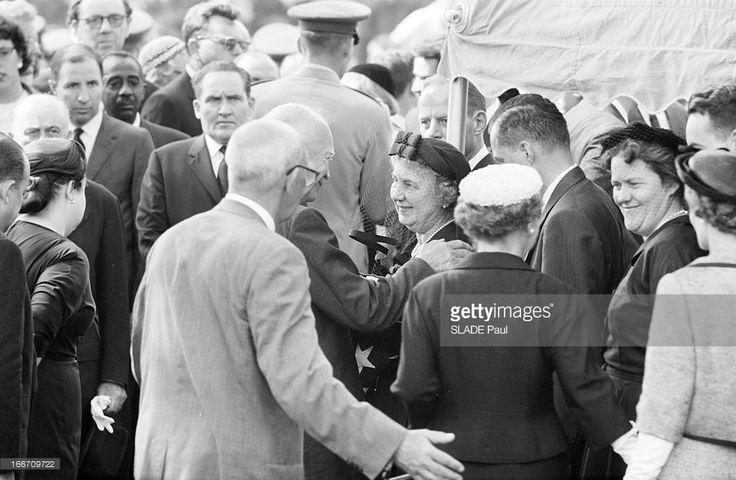 Funeral Of John Foster Dulles, Washington. Aux Etats-Unis, à Washington D.C., en mai 1959, lors des obsèques de John Foster DULLES, ancien Secrétaire d' état. Après la cérémonie au cimetière d'Arlington, EISENHOWER présente ses condoléances à la veuve Janet DULLES (au centre en voilette et chapeau).
